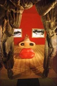 סאלוודור דאלי - עיצוב חדר על פי פניה של השחקנית מיי ואסט