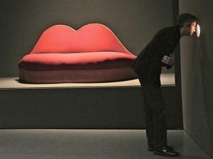 ספה בעיצובו של סאלוודור דאלי